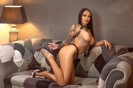 brunette escort Raissa